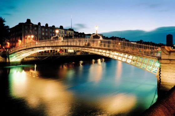Die Halfpenny Bridge wurde 1816 eingeweiht und ist die älteste Fußgängerbrücke von Dublin.