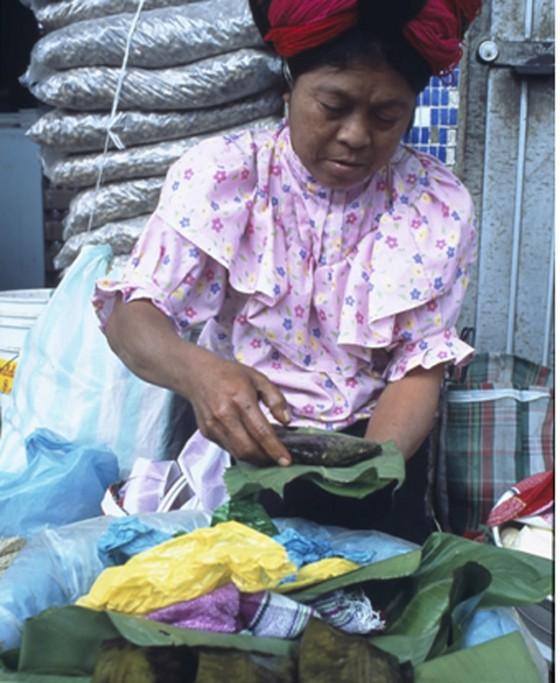 Frau, die Tamales zubereitet