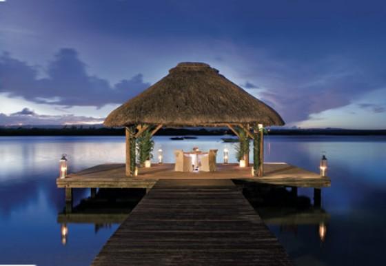 """Im Hotel Le Saint Géran auf der Insel Mauritius, bekannt als """"Paradies im Paradies"""", tafeln Gäste Weltklasseküche in intimen Speisepavillons am Indischen Ozean."""