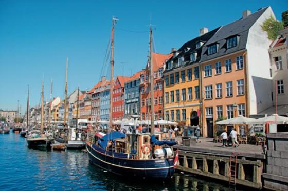 Die Bars der Hafenpromenade von Nyhavn sind ideal, um bei einem leckeren Snack zum dänischen Bier das Treiben auf dem Wasser und an Land zu beobachten.