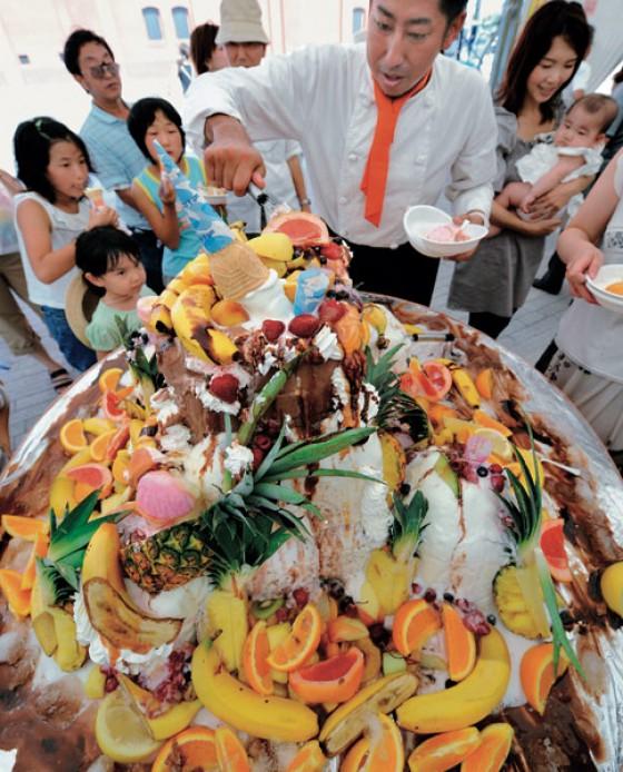 Die 100-Kilo-Eisbombe mit Obst ist eine der Attraktionen auf der Ice Cream Expo in Yokohama.