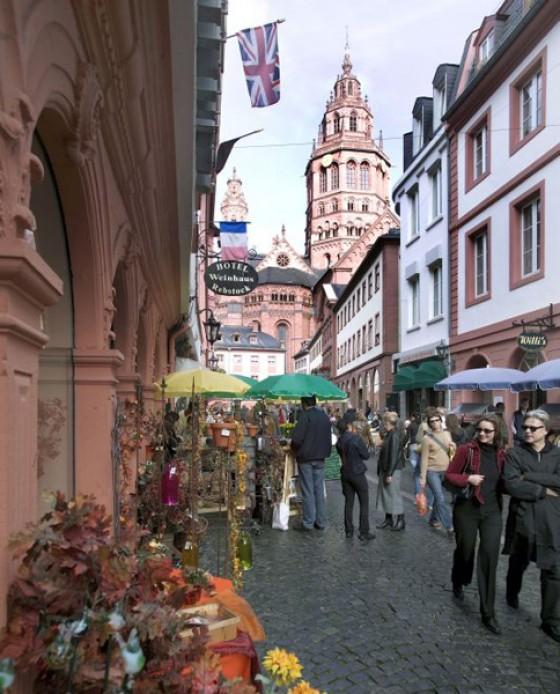 Augustinerstraße in Mainz mit dem Dom im Hintergrund