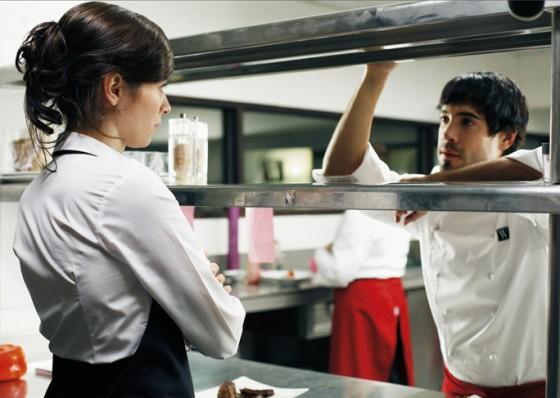Der Katalane Daniel lernt Sommelière Hanna am Arbeitsplatz kennnen.
