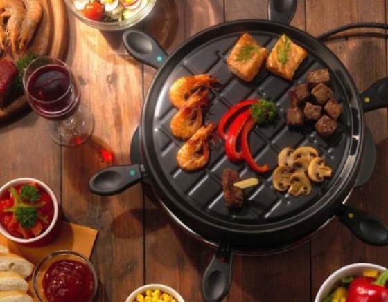 Gourmet-Raclett Tristar RA-2943, für 6 Personen, Platte geeignet zum Grilen und Braten, Preis liegt bei 20 Euro. Mehr unter
