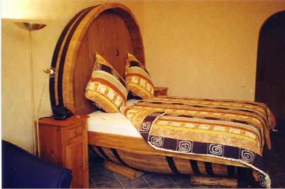 Bett aus Weinfässern