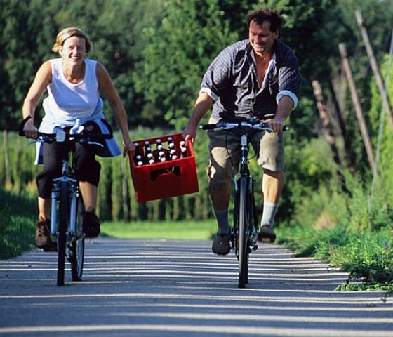 Radfahrer mit Kiste Bier (Hopfenland Hallertau)