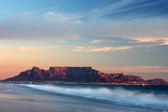 Die Ausläufer der Metropole Kapstadt schmiegen sich an den Tafelberg, dessen Plateau Besucher zu Fuß erklimmen oder mithilfe einer Drahtseilbahn erreichen können. Ein Ausflug auf das Wahrzeichen Kapst