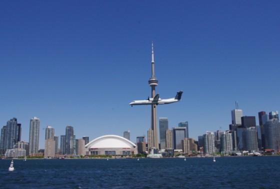 Flugzeug vor der Skyline Torontos