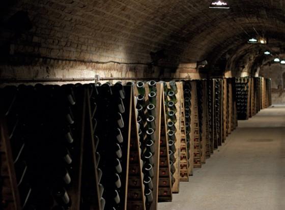 Die zweite Reifung von Schaumwein kann in Flaschen oder großen Edelstahlbehältnissen stattfinden