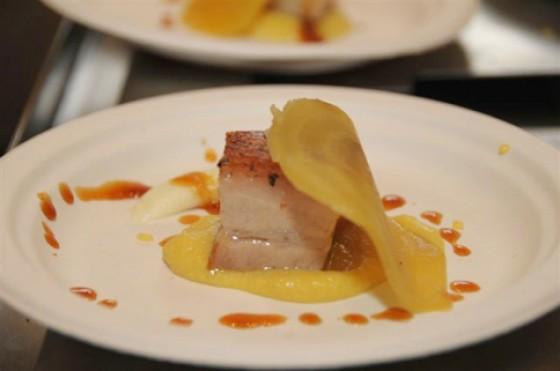 Käsefestival Südtirol, Schaukochen, Schweinebauch auf einem gelbe Bete Pürre