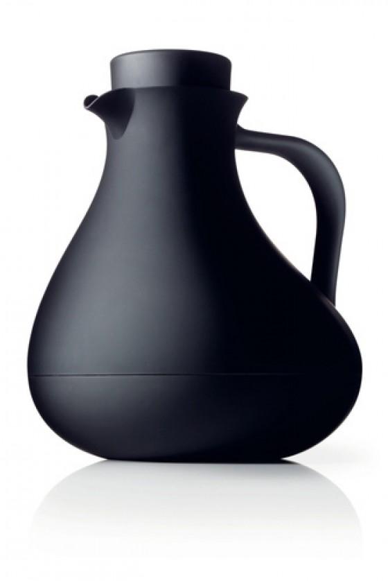 """So bleibt der Tee schön heiß. Die aktuelle Isolierkanne des skandinavischen Herstellers Menu gehört zur Serie """"Black Contour"""" und kostet c.a."""