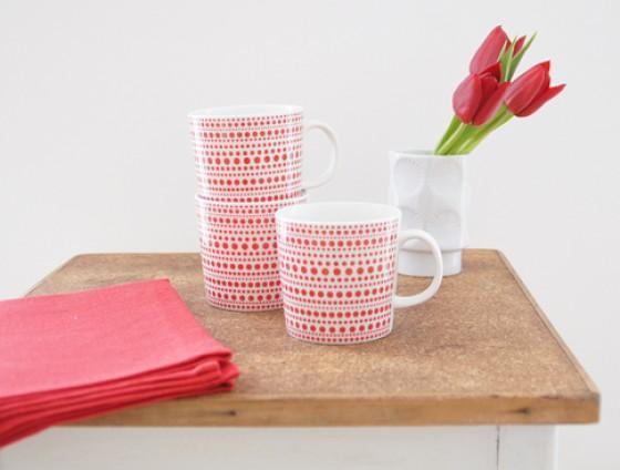 Tasse mit roten Punkten von la mesa