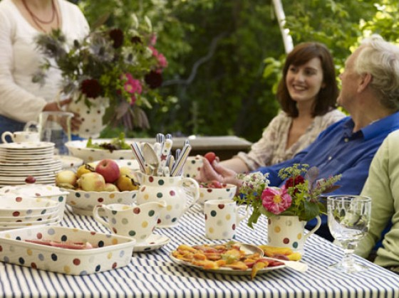 Die Marke Emma Bridgewater steht für farbenfrohe Designs im englischen Landhausstil. Auf der Serie Polka Dots  aus cremefarbenen Keramik wurden im Schwammdruckverfahren bunte Punkte dekoriert. Becher
