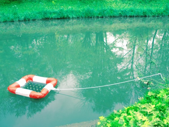 Ob am See, im Pool oder im heimischen Gartenteich – jetzt können Getränke kühl gehalten werden. Selbst bei einem Tages-Ausflug zum Angeln: Der schwimmende Getränkekühler sorgt für herrlich kühles Bier