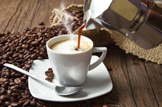 Espresso in eine Tasse füllen