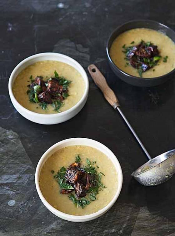 Rote-Linsen-Suppe mit Aubergine und Minze