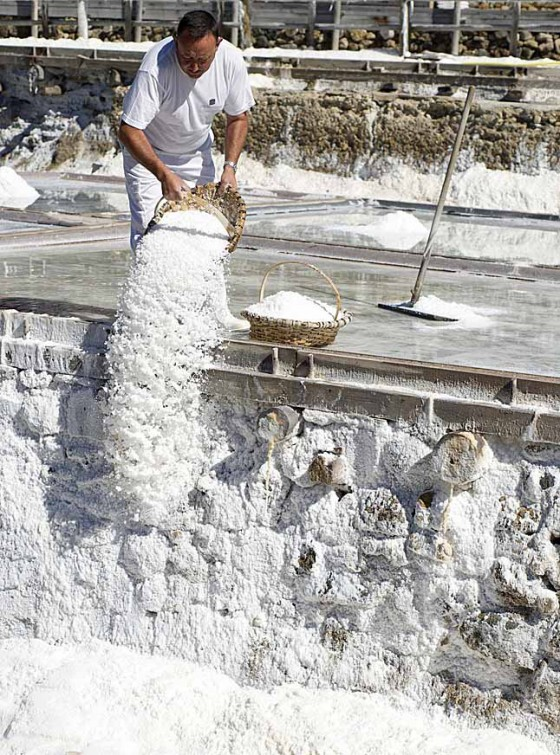 Das getrocknete Salz wird aus den Körben gekippt