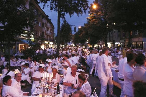 Noch spät am Abend wurde in Hamburg im letzten Jahr mit französicher leichtigkeit gepicknickt.