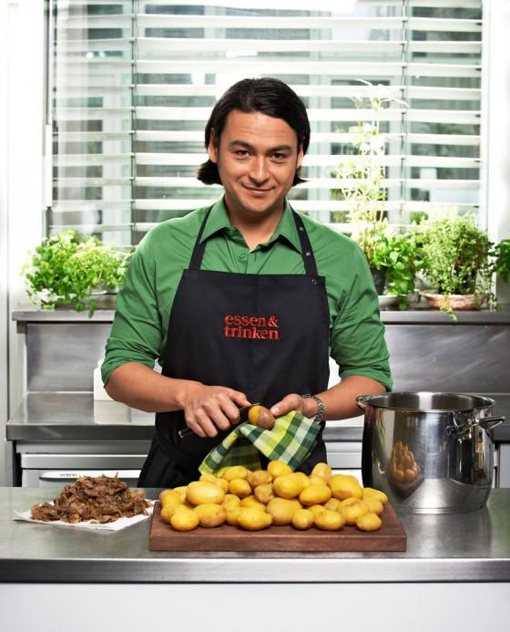 Marcel Stut schält Kartoffeln