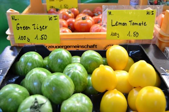 Grüne und gelbe Tomaten Martkstand