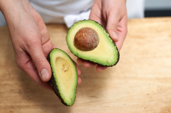 Avocadohälften mit Stein