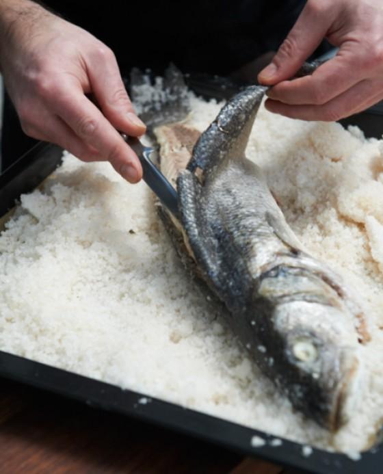 Haut mit einem Messer vom Fisch lösen