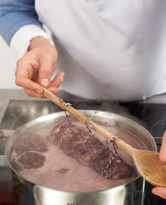 Kochlöffel mit Filet auf den Topfrand legen damit das Fleisch im Sud schwebt
