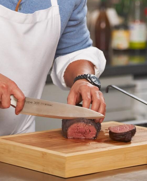 Fertig poschiertes Fleisch in Scheiben schneiden.