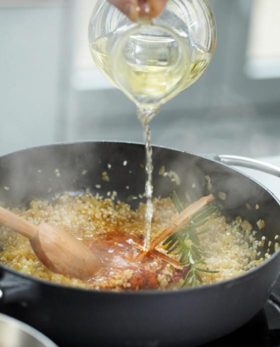 Mit Wein ablöschen, Rosmarin und Drumsticks zugeben