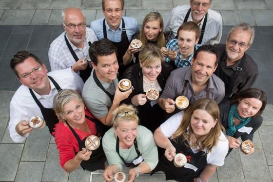 Stolze Milchschaum-Künstler dank Coaching durch den Profi-Barista