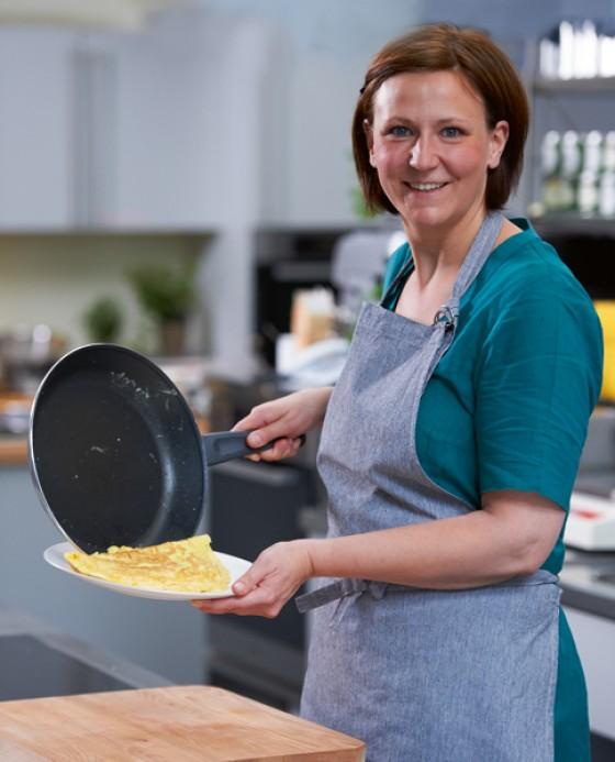 Schnell gemacht: »e&t«- Köchin Marion Heidegger brät das perfekte Omelette