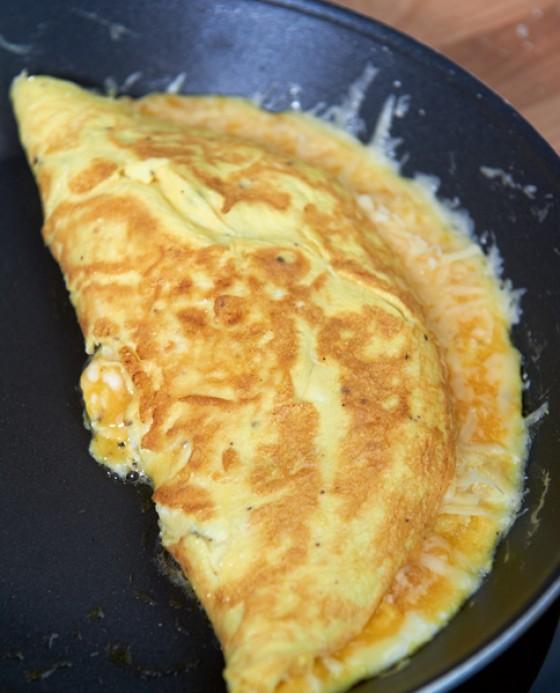 Fertiges Omelette aus der Pfanne nehmen und servieren
