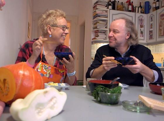 Doris Dörrie und Michael Hoffmann schlürfen Gemüsesuppe