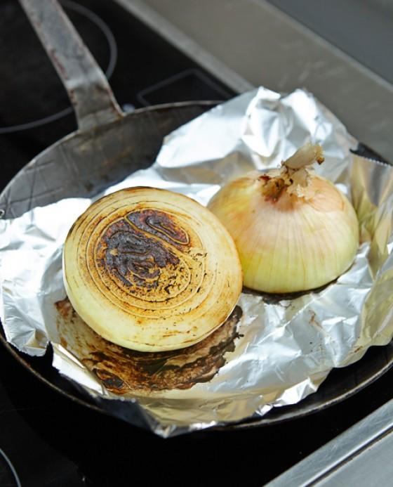 Zwiebelhälften auf Alufolie ohne Fett anrösten