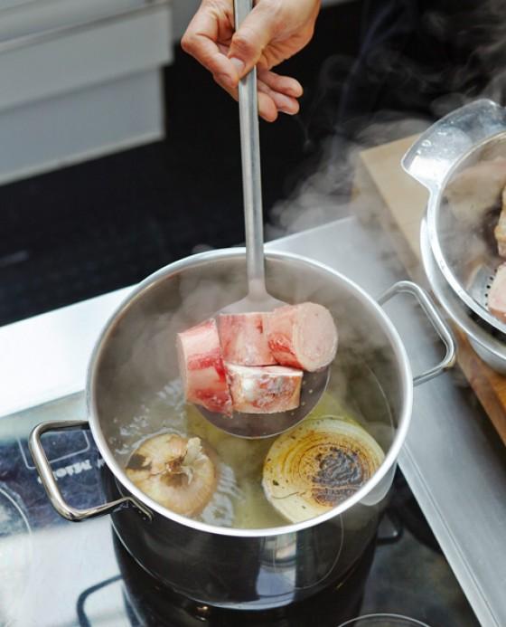 Markknochen, Zwiebel und Gewürze zusammen aufkochen