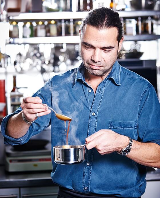 »e&t«-Küchenchef Achim Ellmer prüft die Konsistenz der Sauce.