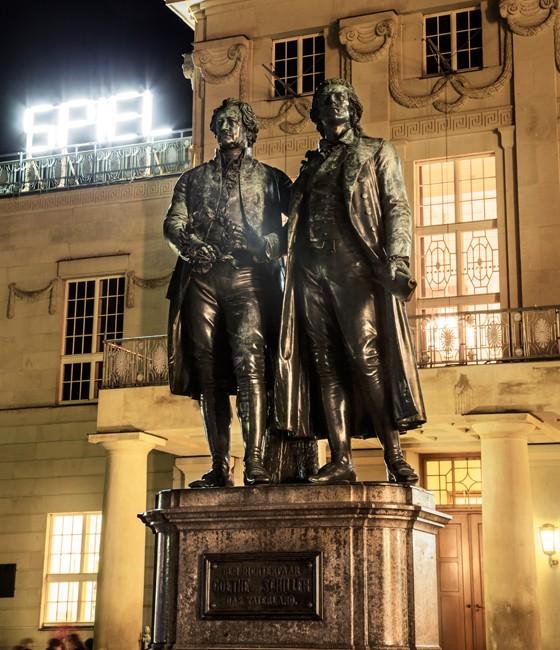Weimar: Goethe und Schiller vorm Deutschen Nationaltheater