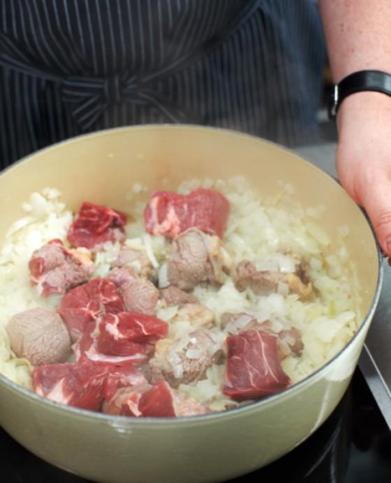 Fleisch portionsweise mit den Zwiebeln anbraten