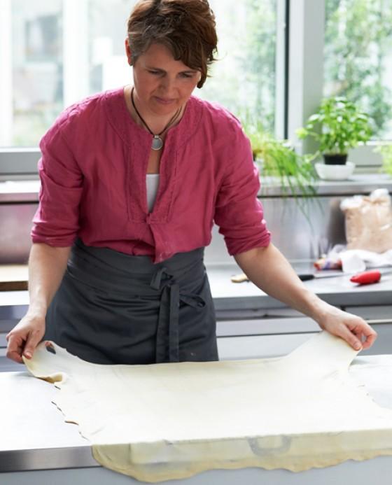 Teig auf das Küchentuch legen