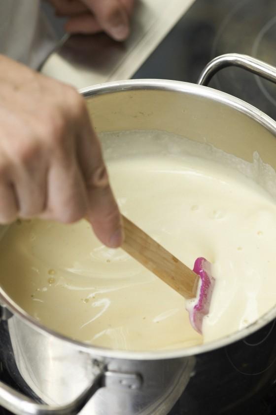 Vanillesauce rühren