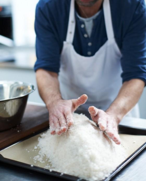 Fisch mit der Wasser-Salz-Mischung bedecken