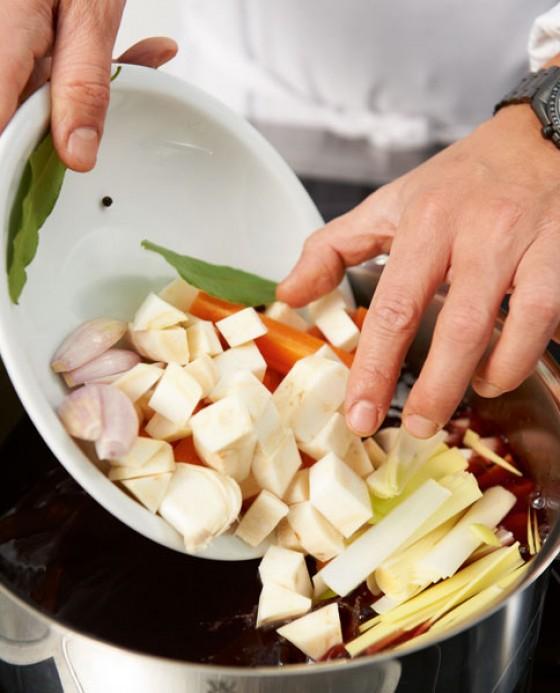Gemüse im Rotwein kochen