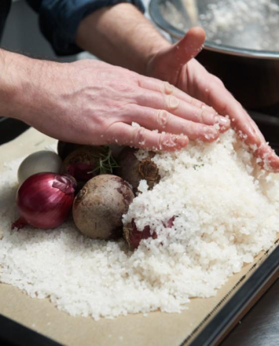 Gemüse mit der Salzmischung umhüllen