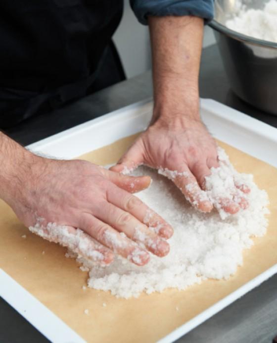 Salzmischung auf dem Blech verteilen