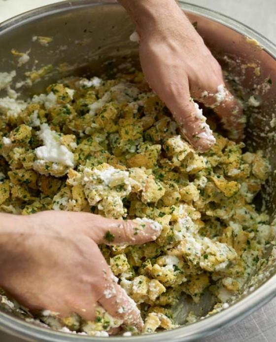 Eiweiß vorsichtig mit der Brotmasse mischen