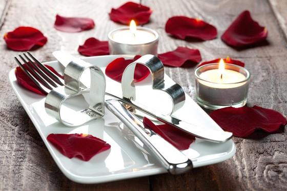 Für Romantik-Fans: Kerzen, Rosenblätter und Herzen