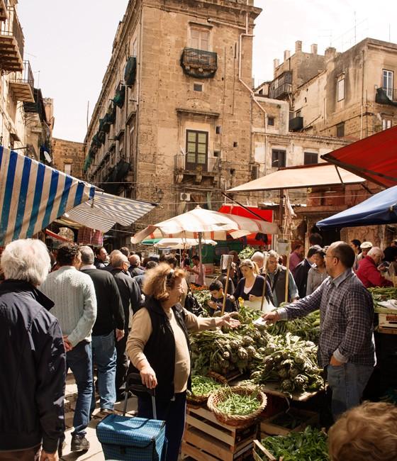 Palermo: Artischocken und wilder Fenchel auf dem Markt Ballarò