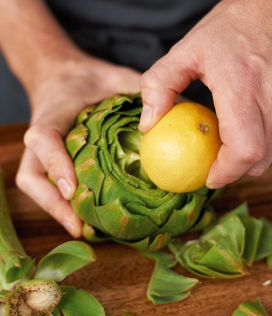 Das angeschnittene Ende mit Zitrone einreiben