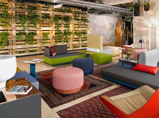 Das grüne Wohnzimmer des 25hours Hotel Bikini Berlin