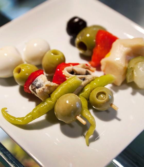 Madrid Pinchos mit Wachtelei-Oliven-Sardellen